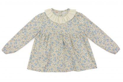 Vista frontal de blusa, color beige con pájaros azules. Modelo Blue Birds