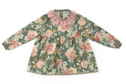 Vista delantero blusa verde estampada flores grandes tonos rosa. Modelo Garden.
