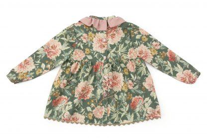 Vista espalda blusa verde estampada flores grandes tonos rosa. Modelo Garden.