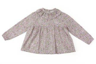 Vista delatera blusa estampada flores pequeñas tonos rosa. Modelo Peonia.