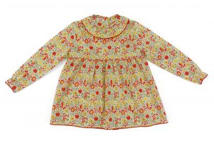 Vista frontal blusa liberty estampado flores rojo, amarillo y verde. Modelo Scarlett.