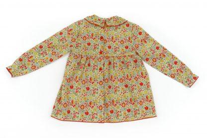 Vista espalda blusa liberty estampado flores rojo, amarillo y verde. Modelo Scarlett.