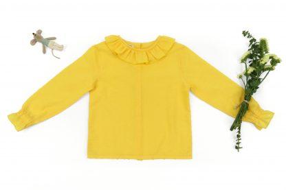 Exposición camisa amarilla.