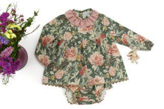 Exposición de camisa y culotte verde estampado flores grandes tonos rosa. Modelo garden.