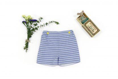 Exposición pantalón corto rayas horizontales azul. Modelo Nautic
