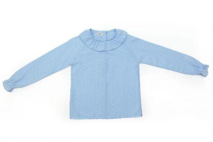 Vista frontal de camisa plumeti azul cuello volante.
