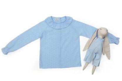 Exposición camisa plumeti azul cuello volante.