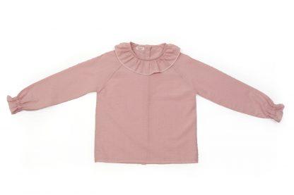 Vista frontal de camisa plumeti rosa empolvado cuello volante.
