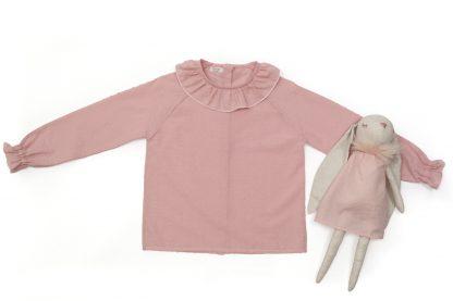 Exposición de camisa plumeti rosa empolvado con peluche.