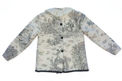 Vista espalda de blusa toyle de jouy gris y marfil.