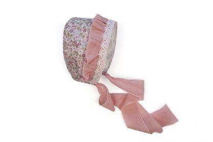 Vista lateral capota estampada flores tono rosa con detalles de volante y puntilla.