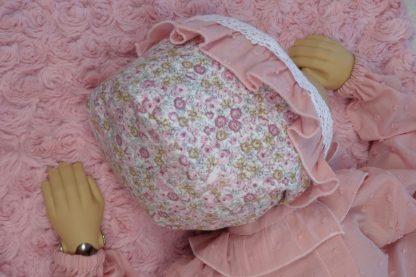Vista espalda maniqui bebe con capota Peonias y camisa plumeti.