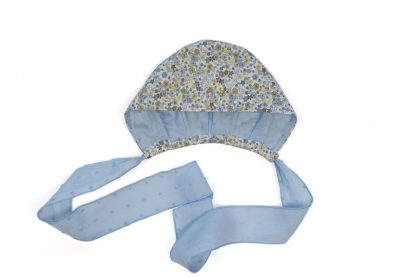 Vista frontal capota estampada flores tono azul.