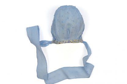 Vista reverso capota estampada flores tono azul.
