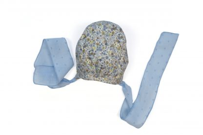 Vista trasera capota estampada flores tonos azules.