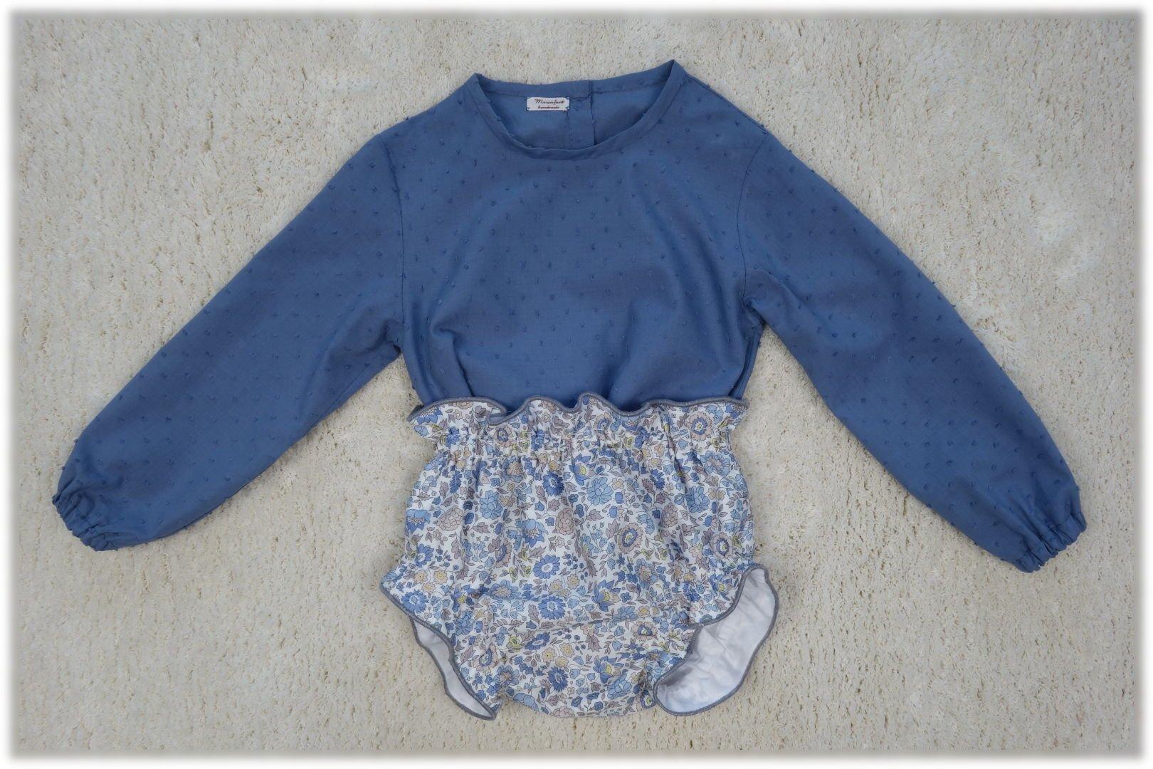 Vista frontal de combinación culotte liberty flores y camisa plumeti en azul.