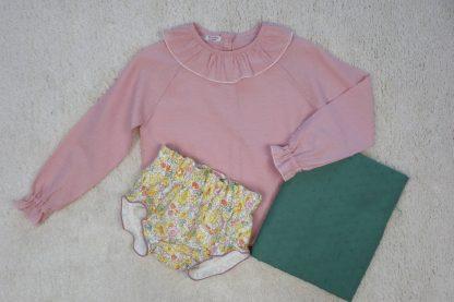 Vista frontal de combinación culotte liberty, con camisa plumeti rosa y tela plumeti verde.