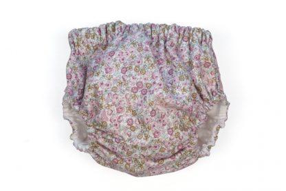 Vista frontal culotte estampado flores tonos rosa.