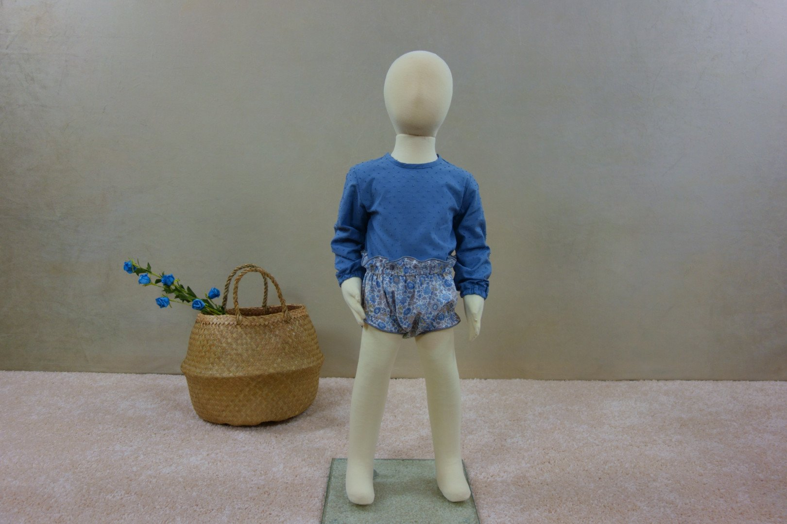 Exposición maniquí niño con ranita liberty Alexandre y camisa plumeti