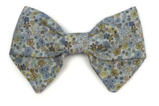 imagen lazo azul estampado flores