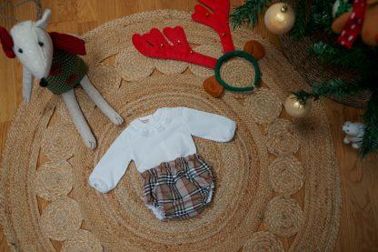 Exposición navideña culotte tartan Charlotte y camisa blanca
