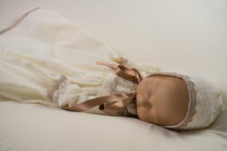 Maniqui vestido con faldón y capota plumeti marfil y detalles en color topo.