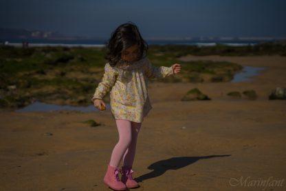 niña en playa con jesusito flores liberty en rosa, amarillo y menta.