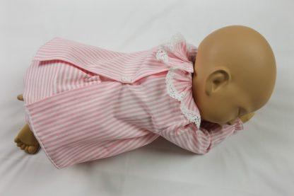 Maniqui tumbado de espalda con jesusito rayas rosa y blanca